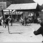 Rokometna tekma deklet na igrišču iz leša, ki je bilo na prostoru današnje šolske telovadnice.